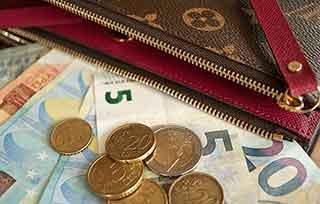 バッグだけじゃない!かわいい定番財布